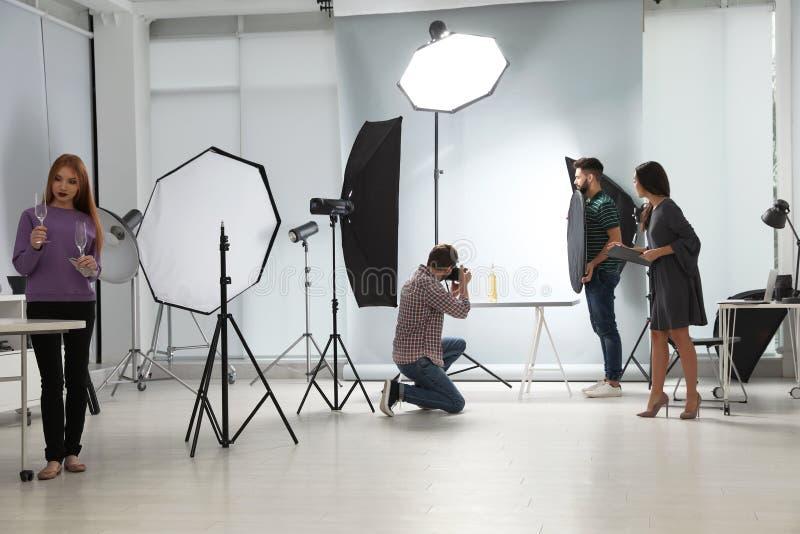 Estudio de la foto con el equipo y el equipo profesionales imágenes de archivo libres de regalías