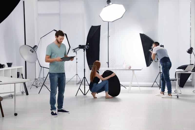 Estudio de la foto con el equipo y trabajadores profesionales fotografía de archivo libre de regalías
