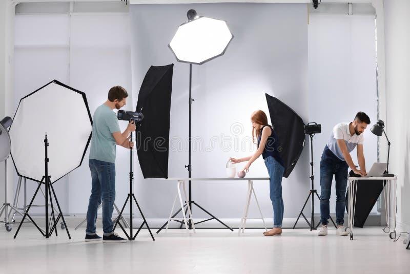 Estudio de la foto con el equipo y trabajadores profesionales imágenes de archivo libres de regalías