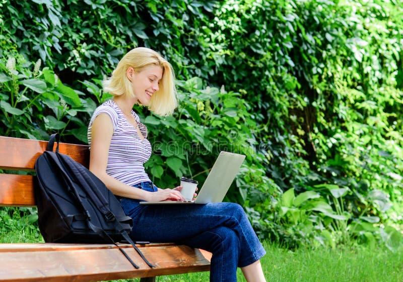 Estudio de la muchacha del estudiante en línea el estudiante se prepara para los exámenes Vida de los estudiantes Mujer bonita Ed fotos de archivo libres de regalías