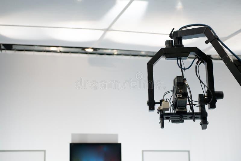 Estudio de la televisión con la cámara y las luces de la horca fotografía de archivo libre de regalías