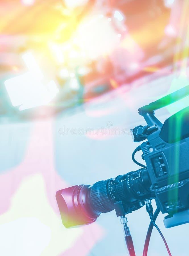 Estudio de las NOTICIAS de la TV con la cámara y las luces imagenes de archivo