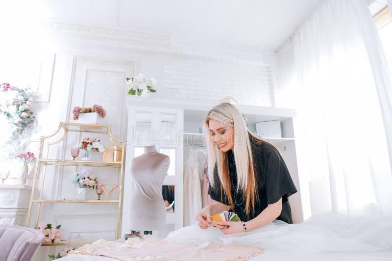 Estudio de lujo de la modister?a de la sala de exposici?n de la moda fotografía de archivo libre de regalías