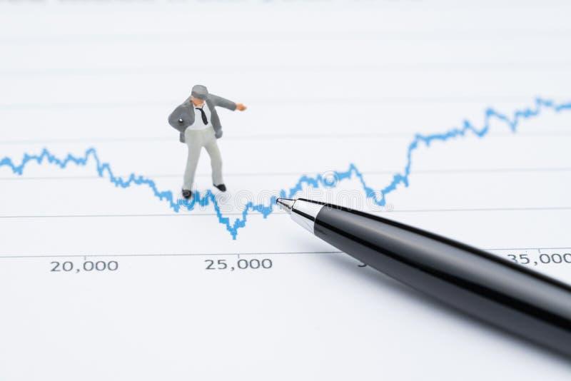 Estudio de mercado o concepto de la volatilidad de la inversión común, hombre de negocios profesional miniatura que se coloca y q imagen de archivo