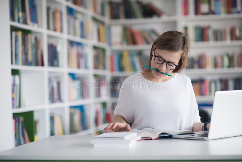 Estudio del estudiante en biblioteca foto de archivo