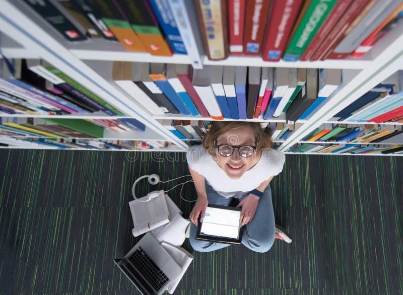 Estudio del estudiante en biblioteca imagenes de archivo