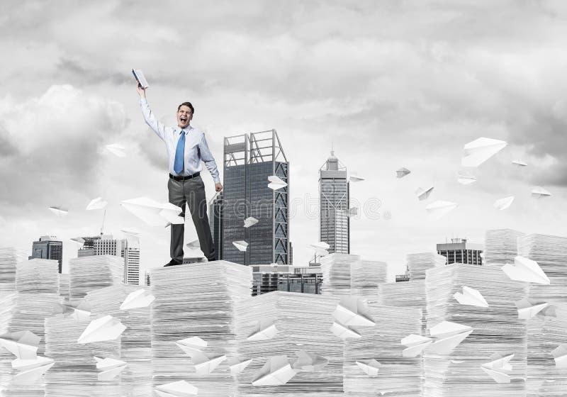 Estudio dif?cilmente a hacer hombre de negocios acertado imagen de archivo libre de regalías