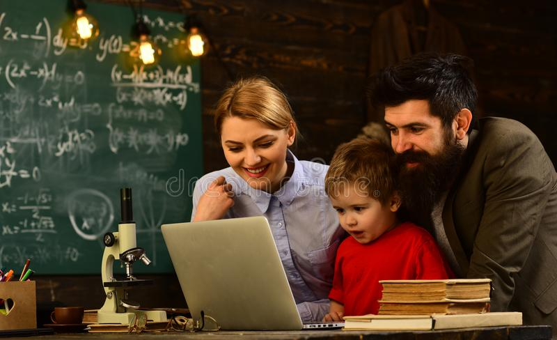Estudio en línea del aprendizaje electrónico que aprende concepto, estudiantes adultos sonrientes durante rotura en interior de l imagen de archivo libre de regalías