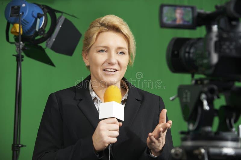 Estudio femenino de la televisión de Presenting Report In del periodista imagen de archivo