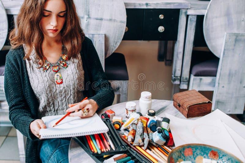 Estudio femenino zurdo del drenaje del artista del talento de la afición imagen de archivo libre de regalías