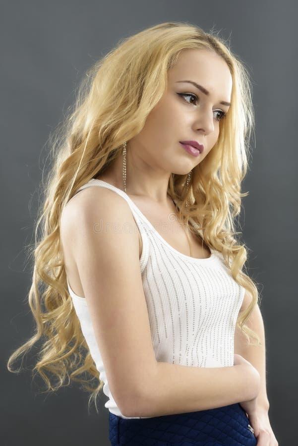 Estudio hermoso joven de la mujer aislado. Posición modelo sensual de la moda foto de archivo libre de regalías