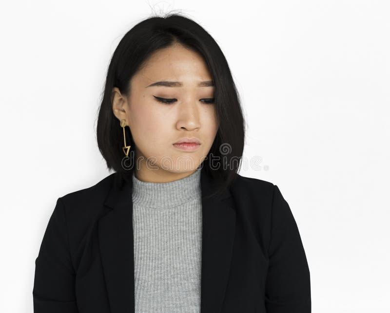 Estudio infeliz asiático de la mujer de negocios fotos de archivo libres de regalías