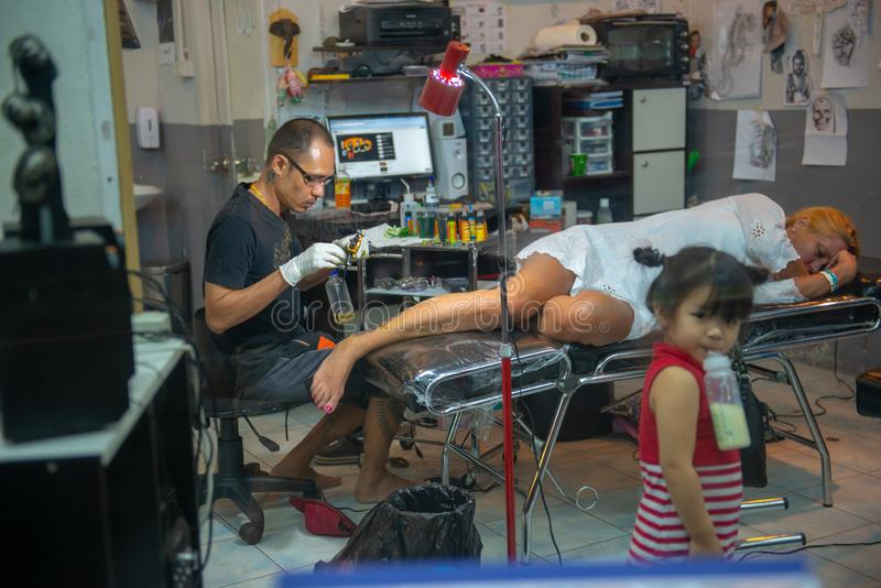 Estudio interior del tatuaje en Karon, Tailandia imagen de archivo