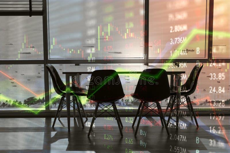 Estudio moderno con la fachada vacía del escritorio y del vidrio con vista al mar imagenes de archivo