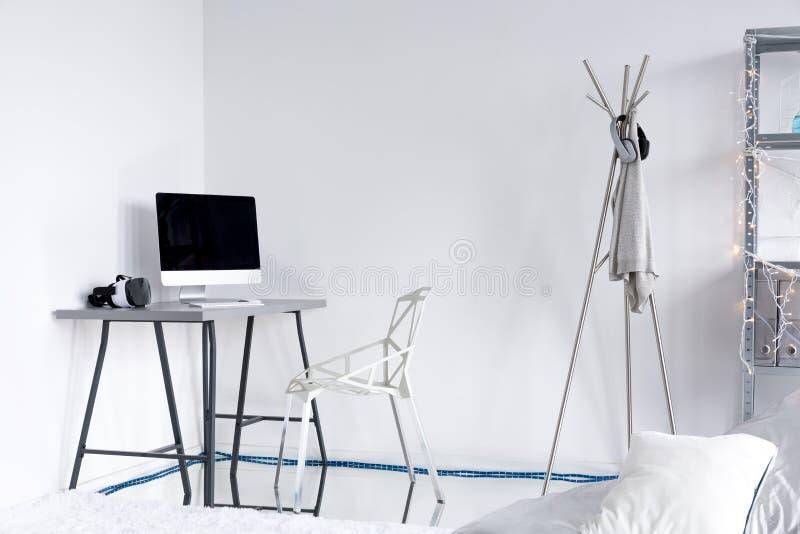 Estudio moderno con las paredes y los muebles blancos fotos de archivo libres de regalías