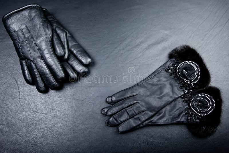 Estudio negro de los guantes de cuero imagenes de archivo