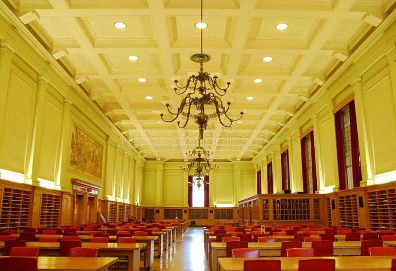 Estudio pasillo de la biblioteca de universidad foto de archivo