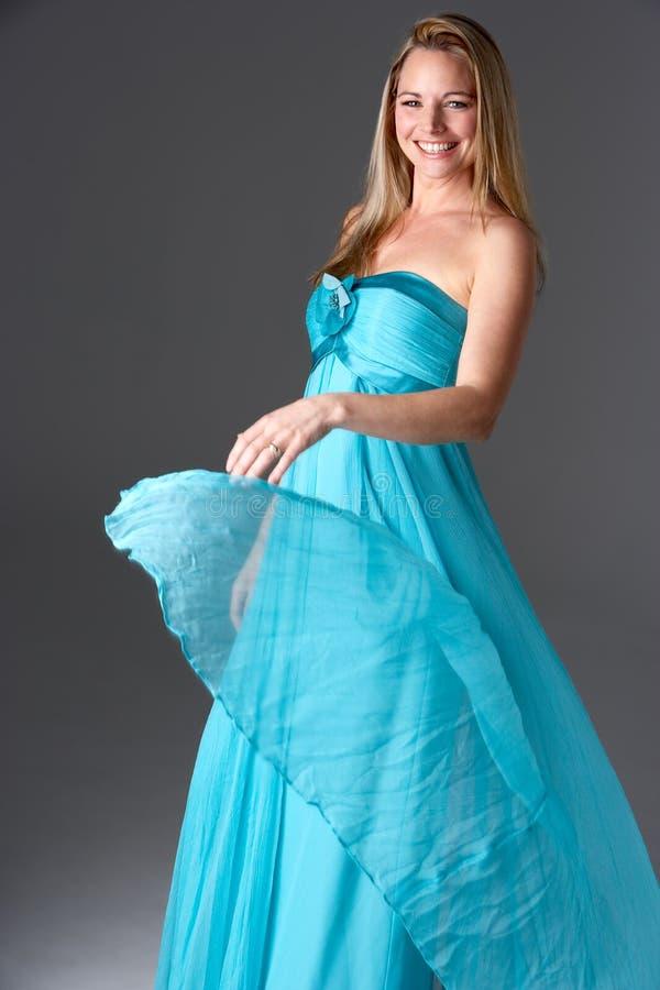 Estudio tirado de mujer en vestido de noche azul fotos de archivo