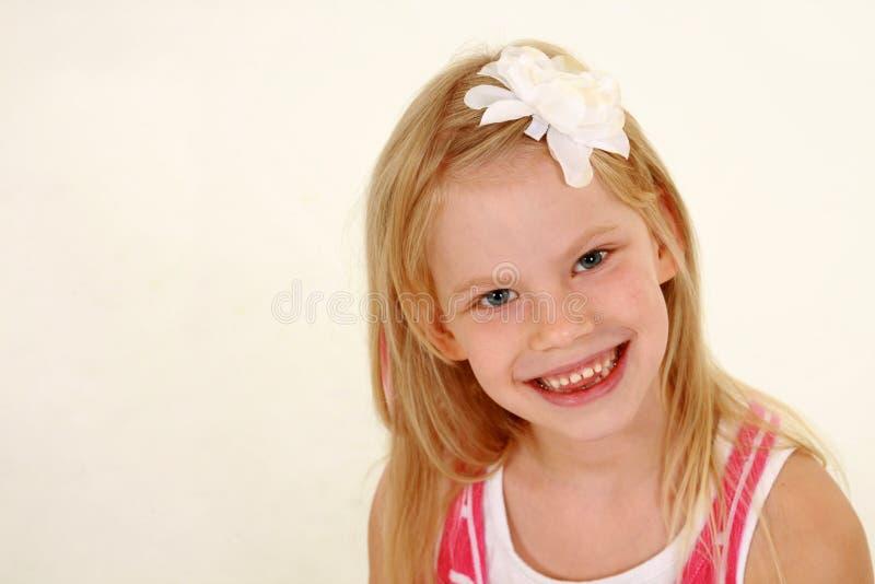 Estudio tirado de pequeña muchacha rubia feliz imagenes de archivo
