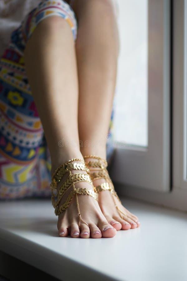 Estudio tirado de pies femeninos con joyería del pie fotos de archivo libres de regalías