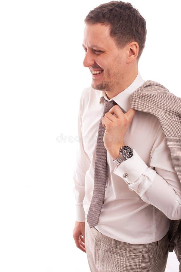 Estudio tirado de una camisa blanca que lleva sonriente joven y de un lazo del hombre de negocios masculino que sostienen una cha imágenes de archivo libres de regalías