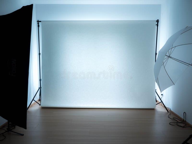 Estudio vacío de la foto con el equipo de iluminación stock de ilustración
