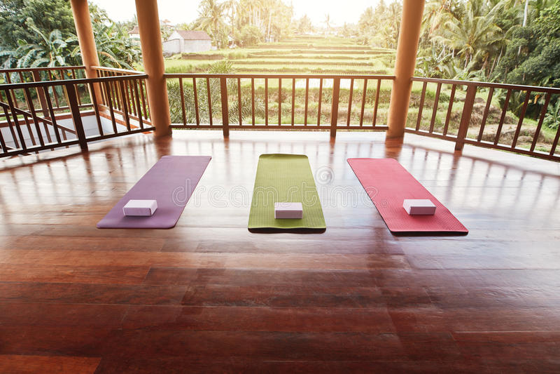 Estudio vacío de la yoga con la estera colorida imagenes de archivo