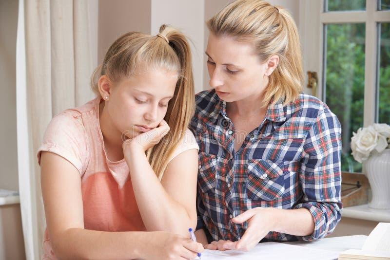 Estudios caseros femeninos de Helping Girl With del profesor particular foto de archivo