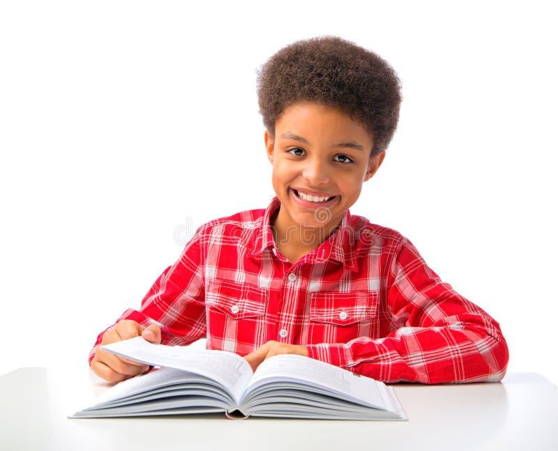 Estudo afro-americano feliz do menino imagens de stock