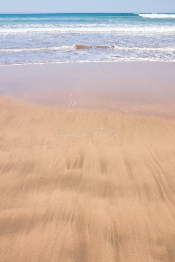 Estudo ascendente próximo das ondas e das ações da onda na praia de Pouawa, perto de Gisborne, Nova Zelândia fotos de stock royalty free