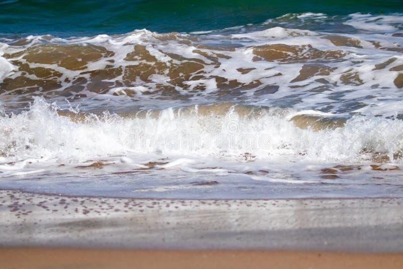 Estudo ascendente próximo das ondas e das ações da onda na praia de Pouawa, perto de Gisborne, Nova Zelândia fotografia de stock