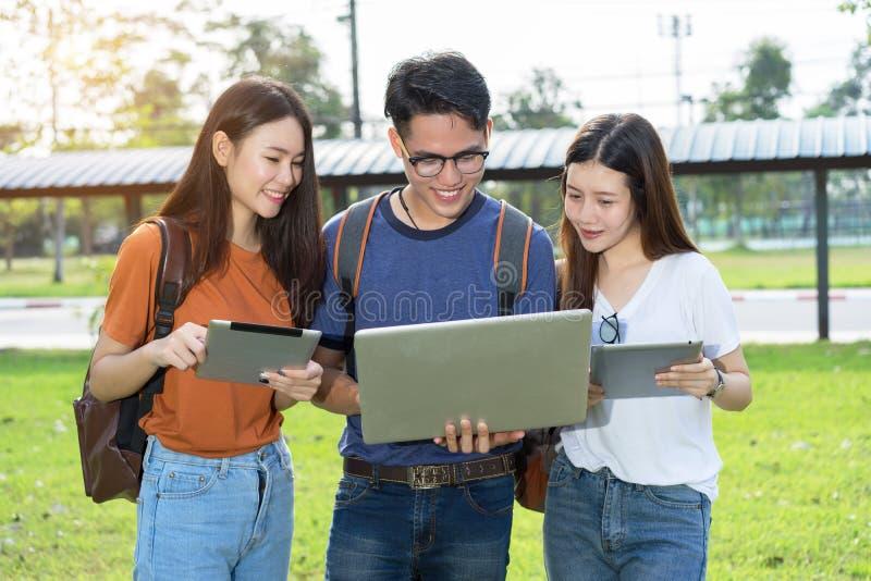 Estudo asiático da universidade dos estudantes junto foto de stock royalty free
