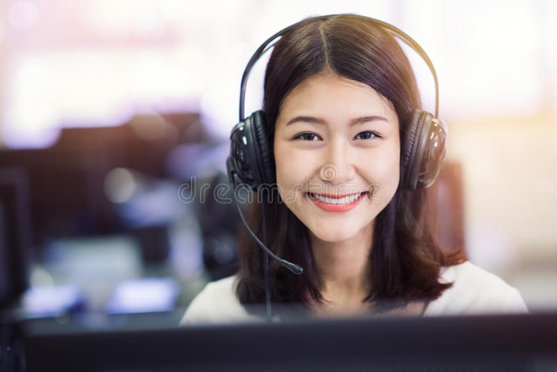 Estudo asiático do estudante da senhora no laboratório do computador na biblioteca da universidade fotos de stock royalty free