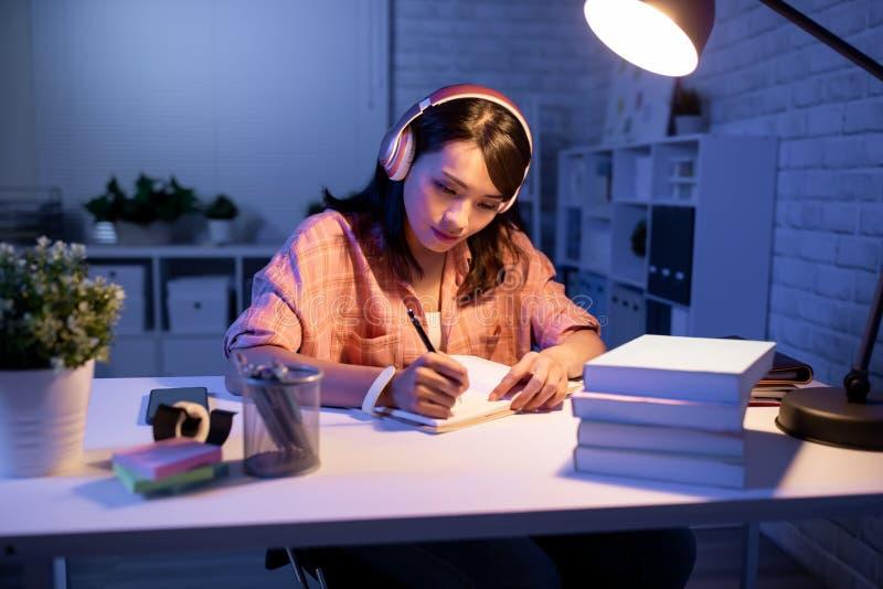 Estudo asiático do estudante duramente foto de stock