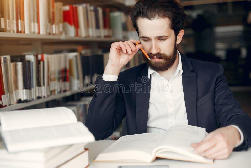 Estudo consider?vel do indiv?duo na biblioteca fotografia de stock royalty free