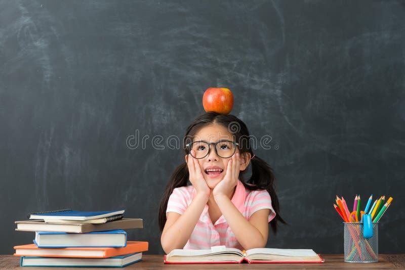 Estudo consideravelmente fêmea bonito do estudante da criança imagens de stock royalty free