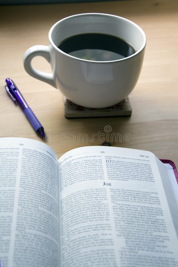 Estudo da Bíblia dos salmos com pena e café imagem de stock