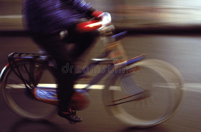 Estudo de movimento do Bicyclist fotos de stock royalty free