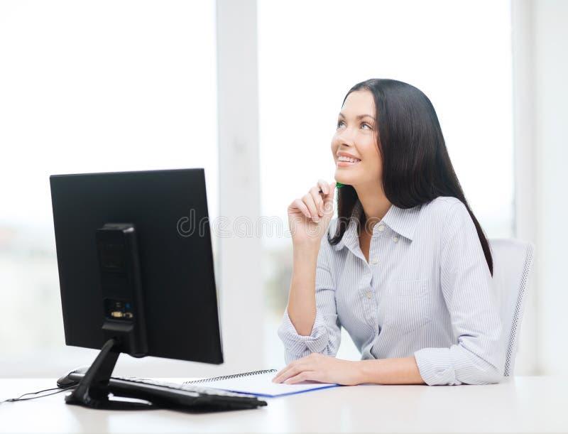 Estudo de sorriso da mulher de negócios ou do estudante imagem de stock