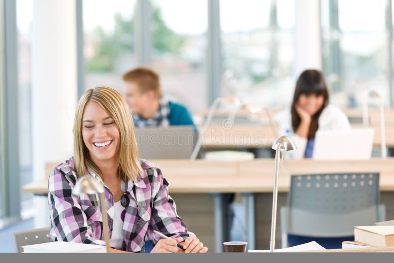 Estudo de sorriso feliz do estudante na sala de aula foto de stock royalty free