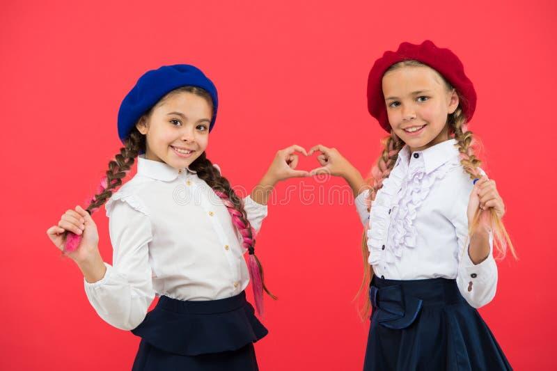 Estudo do amor Educa??o no exterior forma da crian?a Amizade e irmandade Melhores amigos Escola internacional da troca foto de stock royalty free
