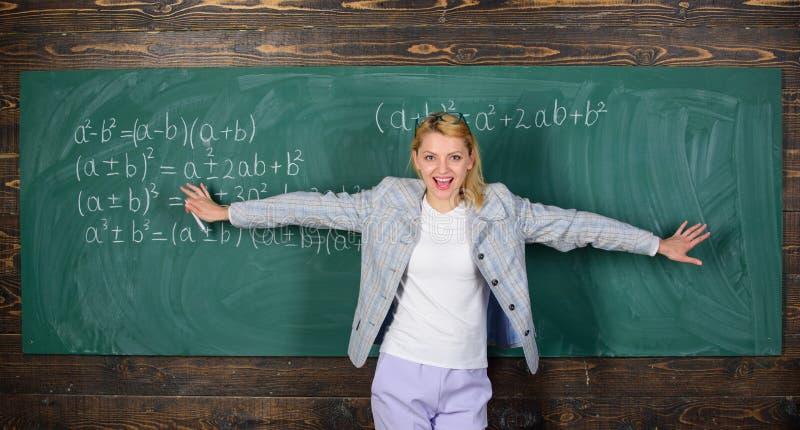 Estudo duramente para boas categorias professor na lição da escola no quadro-negro De volta à escola Dia dos professores Estudo e imagem de stock