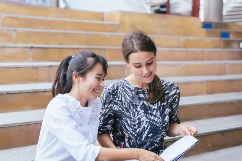 Estudo e tutor da estudante universitário do jovem adolescente para um teste um exame exterior, conceito da educação imagens de stock royalty free