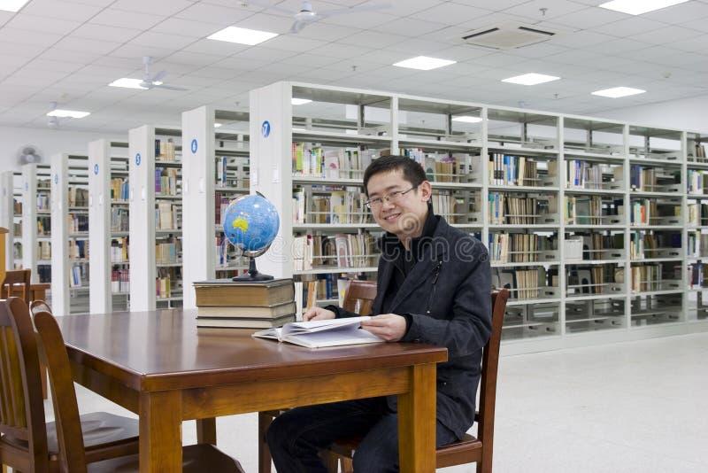 Estudo em uma biblioteca imagem de stock royalty free
