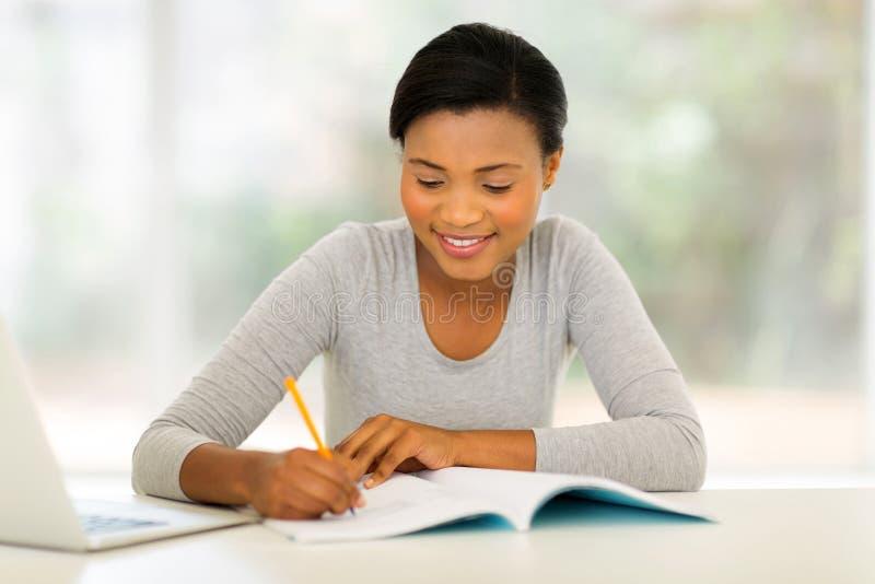 Estudo fêmea da estudante universitário foto de stock royalty free