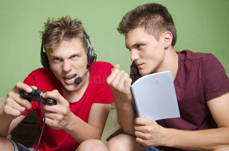 Estudo mais velho do cant do irmão do irmão novo ruidoso fotos de stock