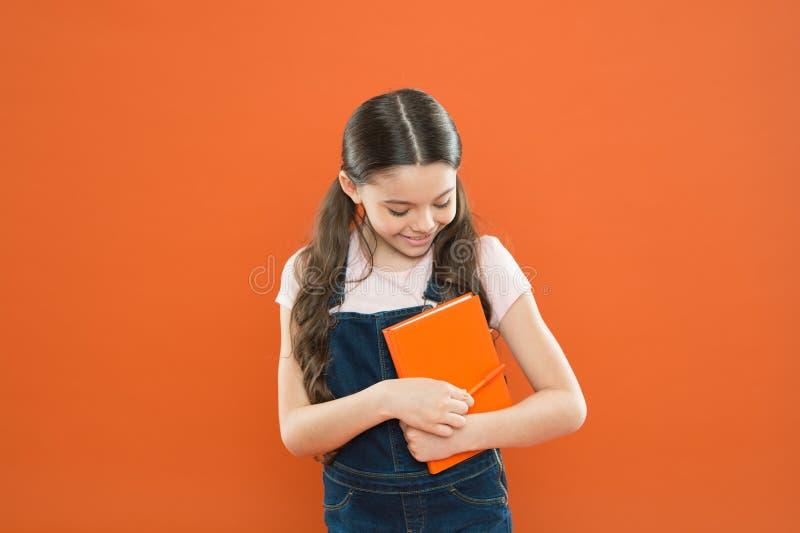 Estudo na escola Primeiro dia na escola Apronte para a primeira lição setembro est? aqui De volta ? escola Livro da posse da cria imagem de stock