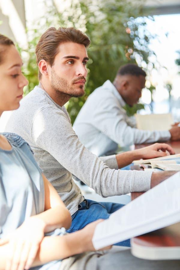 Estudo novo do estudante com equipe imagens de stock royalty free