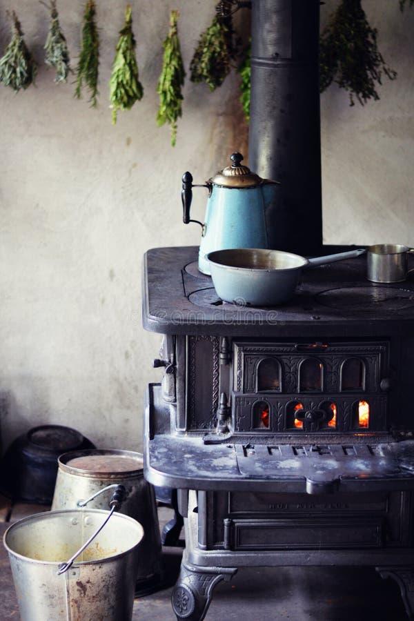 Estufa ardiente de madera imagenes de archivo