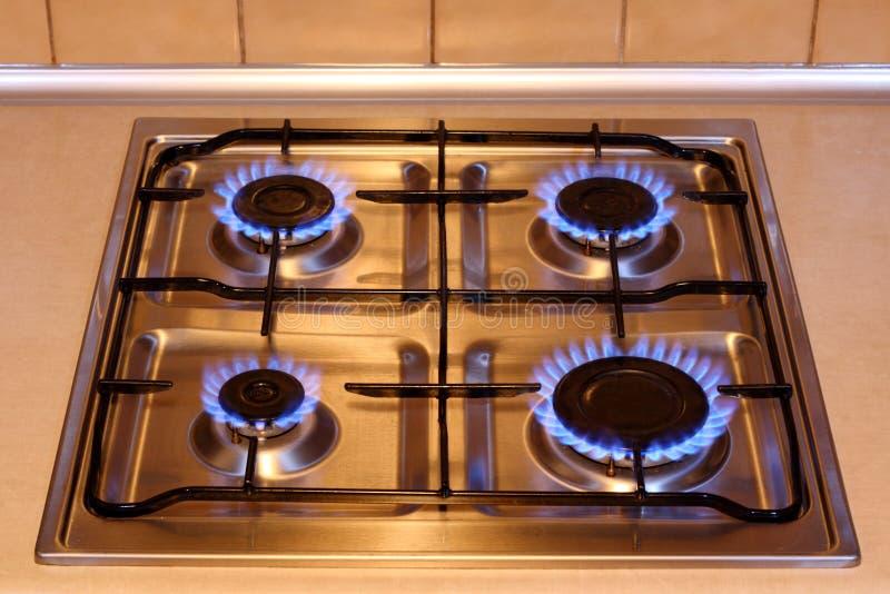 Estufa de gas de la cocina con las llamas del fuego fotografía de archivo libre de regalías